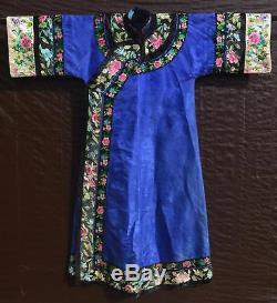 Années 1930, Longue Robe De Dame En Broderie De Soie Indigo Chinois Violet
