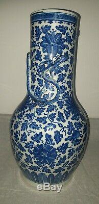 Antique Bleu Chinois Et Dragon Blanc Vase 18 Et 1/2 Pouces. 19ème Siècle