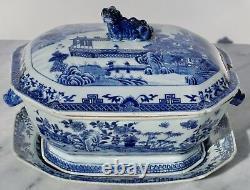 Bleu Chinois Du 18ème Siècle Et Blanc Chamfered Tureen, Couverture Et Stand Sothebys