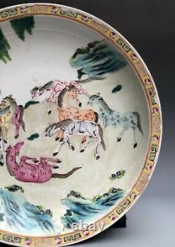 Famille Rose Porcelaine Chinoise Assiette Avec Des Chevaux Peinture Six Charaters Marque