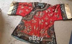 Fond Rouge Chinois Antique Ladys Robe Et Jupe Brodées