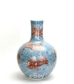 Important Vase En Porcelaine De Kylin En Émail Rouge Émaillé Bleu Et Blanc, Chine
