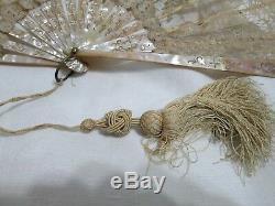Magnifique Mère De Perle Antique Avec Détails En Or Et Ventilateur En Dentelle Avec Pompon C1900