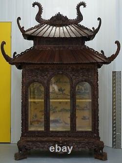 Main Antique De Pagode Découpée De Haut En Bas Soie Chinoise D'armoire De Temple À L'intérieur