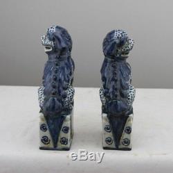 Paire Anciennes Chinois Statues Foo En Porcelaine Bleue Et Blanche