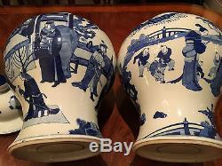 Paire De Grands Et Rares Pots Chinois À Temple Bleu Et Blanc De Style Qing Kangxi De Chine
