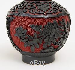 Paire De Vases En Laque De Cinabre Chinois Sculptés De Noir Sur Décors