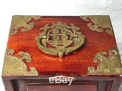 Petit Antique Dynastie Qing Chinoise Boîte À Bijoux Cabinet Jade Panneaux En Laiton Bound