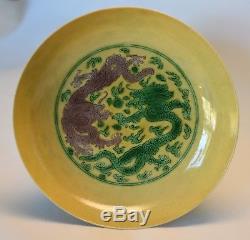 Petit Plat De Dragon Ancien En Porcelaine Émaillée Jaune, Marque Yung-ch'eng