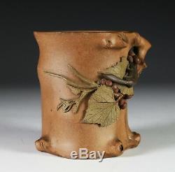 Rare Antique Chinoise De Quatre Couleurs Yixing Pot Brosse Avec Écureuils Et Raisins