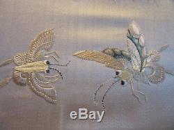 Tapisserie De Soie Chinoise Antique Encadrée De Papillons De Mites Oiseaux Feuilles Et Fleurs