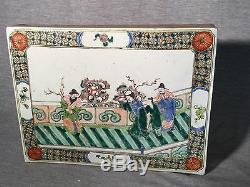 Un Carreau De Porcelaine Chinoise Avec Des Peintures Sur Deux Côtés
