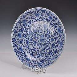 Un Chargeur Bleu Et Blanc En Porcelaine De Chine De La Période Kangxi Avec Décoration Florale