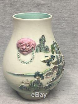 Un Chinois Vase En Porcelaine High Relief