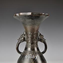 Un Vase Archaïque En Bronze De La Dynastie Ming Chinoise Du Xvie Siècle