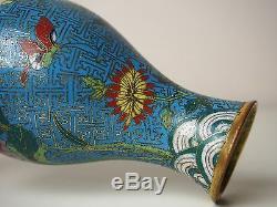 Un Vase Chinois À Fleurs Et À Papillons Cloisonné, Xviiie Siècle