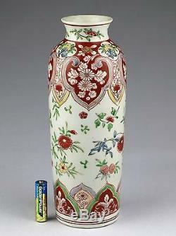 Un Vase Vertical De Rolwagen En Porcelaine De Chine Wucai D'époque Kangxi