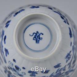 Une Coupe De Période Kangxi En Porcelaine De Chine Avec Crabes Et Poissons