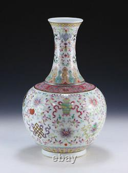 Vase De Porcelaine D'une Ancienne Famille Chinoise