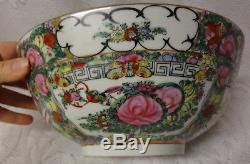 Vieille Figurines Impériales Peintes En Porcelaine De Chine Avec Médaillon De La Famille Rose