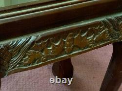 Vintage Pair Chinois Bois Sculpté Figural Scene Glass Top Nesting Tables- Réduit